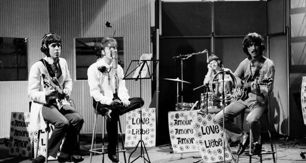 Les beatles en train d'enregistrer une chanson des beatles pour leur futur album