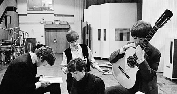 Les Beatles en train d'enregistrer une chanson pour un album des Fab four