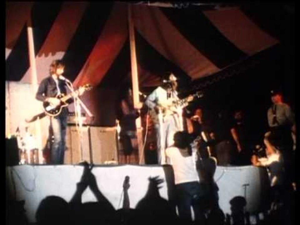 John Lennon et le Plastic Ono Band sur la scène du festival de Toronto au Canada, en 1969